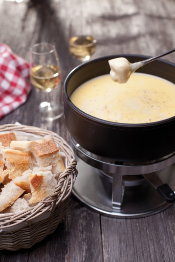 FRIBOURG REGION - La fameuse fondue 'moitie-moitie' vous est servie dans de nombreux restaurants de la region. Das bekannte Kaesefondue 'moitie-moitie' (halb-halb) kann in zahlreichen Restaurants in der Region gegessen werden. The famous cheese Fondue 'moitie-moitie' (half-half) is served in many local restaurants. Copyright by UFT By-line: swiss-image.ch/Frederic Grangier